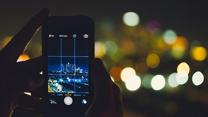 Ilustrasi memotret di malam hari dengan ponsel Android. (Doc: Pixabay)