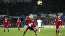 Aksi pemain Liverpool, Roberto Firmino melakukan tembakan salto saat melawan Swansea City pada lanjutan Premier League di Liberty Stadium, Swansea, (22/1/2018). Liverpool kalaj dari Swansea 0-1. (Nick Potts/PA via AP)