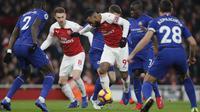Striker Arsenal, Alexandre Lacazette, berusaha melewati pemain Chelsea pada laga Premier League di Stadion Emirates, Sabtu (19/1). Arsenal menang 2-0 atas Chelsea. (AP/Frank Augstein)