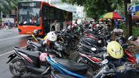 Sejumlah motor parkir di sekitar TPU Karet Bivak, Jakarta, Sabtu (4/5). Ramainya warga yang berziarah jelang Ramadan menimbulkan kemacetan di kawasan tersebut akibat banyak parkir liar serta warga yang berlalu lalang. (Liputan6.com/Immanuel Antonius)