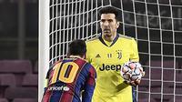 Striker Barcelona, Lionel Messi, berdiri dihadapan kiper Juventus, Gianluigi Buffon, pada laga Liga Champions di Stadion Camp Nou, Rabu (9/12/2020). Aksi La Pulga tersebut karena merasa frusatsi gagal membobol gawang Buffon. (AFP/Josep Lago)