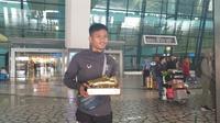 Penyerang Persita Tangerang Sirvi Arfani memamerkan gelar Sepatu Emas Liga 2 2019. (Liputan6.com/Pramita Tristiawati)