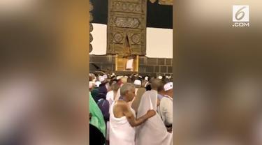 Beredar video seorang pria membuka paksa pintu Kabah di Masjidil Haram. Namun, saat berusahanya belum berhasil, kain ihram pria tersebut terlepas.