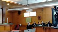 Andriansyah, korban kasus dugaan penganiayaan yang dilakukan terdakwa Bahar bin Smith hadir memberikan keterangan sebagai saksi di Pengadilan Negeri Bandung, Selasa (27/4/2021). (Liputan6.com/Huyogo Simbolon)