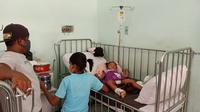 Foto: Salah satu pasien anak yang terkena DBD sedang menjalani perawatan di RSUD TC Hillers Maumere, Kabupaten Sikka, NTT (Liputan6.com/Dion)