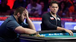 Scott Blumstein bereaksi saat melawan Benjamin Pollak dari Prancis dalam Kejuaraan Dunia Poker (World Series of Poker Main Event) di Las Vegas, Sabtu (22/7). Blumstein berhasil menyingkirkan 7.221 pemain dalam turnamen poker ini. (AP Photo/John Locher)