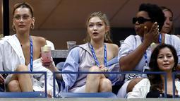 Supermodel Gigi Hadid bersama adiknya, Bella Hadid menyaksikan perempat final tunggal putri antara petenis AS, Serena Williams melawan Karolina Pliskova (Ceko) pada hari ke-9 turnamen AS Terbuka di New York, Selasa (4/9). (Julian Finney/Getty Images/AFP)