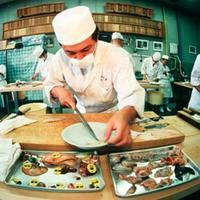 Membuang beberapa bagian ikan Fugu | Via: bioweb.uwlax.edu