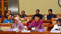 Sekretaris Bidang Kesehatan Apkasi, Hendra Gunawan dan Sekretaris Bidang Kerjasama Antar Daerah  Erlina Ria Norsan dalam rapat dengar pendapat komisi IX di DPR. (Istimewa)