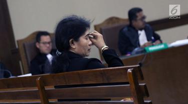 Hakim ad hoc nonaktif Pengadilan Tipikor Medan, Merry Purba saat menjalani sidang pembacaan tuntutan di Pengadilan Tipikor, Jakarta, Kamis (25/4). JPU KPK meyakini Merry Purba bersalah menerima suap dari Tamin Sukardi dan dituntut 9 tahun, denda Rp 350 juta. (Liputan6.com/Helmi Fithriansyah)