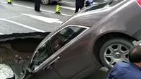 Mobil mewah Rolls-Royce Phantom tersedot sinkhole di China. (Pear Video)