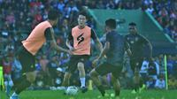 Oh In-kyun menjalani latihan perdana bersama Arema FC di Stadion Gajayana, Malang, Kamis (16/1/2020). (Bola.com/Iwan Setiawan)
