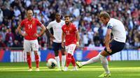 Striker Inggris, Harry Kane, mencetak gol melalui penalti saat melawan Bulgaria pada laga Kualifikasi Piala Eropa 2020 di Stadion Wembley, London, Sabtu (7/9). Inggris menang 4-0 atas Bulgaria. (AFP/Ben Stansall)