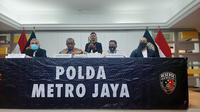 Direktur Reserse Kriminal Umum Polda Metro Jaya Kombes Pol Tubagus Ade Hidayat (kedua dari kanan) memberikan klarifikasi terkait tudingan yang menyebut pihaknya jadi pelindung mafia tanah, Senin (8/3/2021). (Liputan6.com/Ady Anugrahadi)