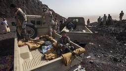 Pejuang Yaman yang didukung oleh koalisi pimpinan Arab Saudi berkumpul di garis depan Kassara dekat Marib, Yaman, 20 Juni 2021. (AP Photo/Nariman El-Mofty)