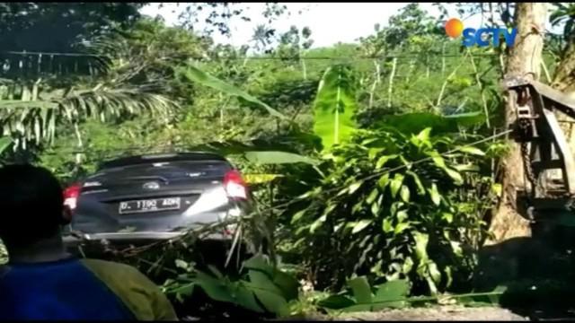 Satu keluarga asal Bandung mengalami kecelakaan, saat minibus yang ditumpanginya terjun ke jurang sedalam 15 meter di Pangandaran usai perjalanan wisata.