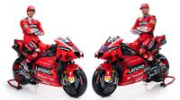 Dua pembalap Ducati, Jack Miller dan Francesco Bagnaia berpose di atas tunggangan anyar Desmosedici GP. (dok. Twitter/Ducati Corse)