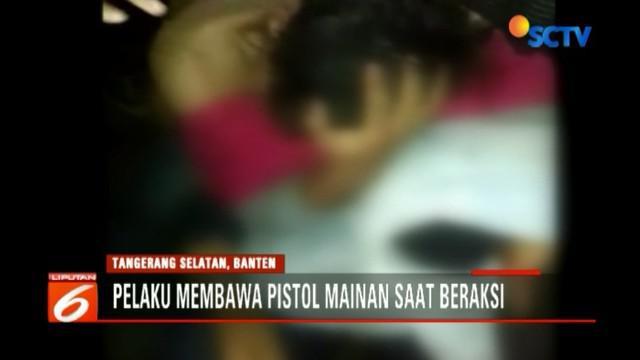 Dalam aksinya, kedua pelaku mengaku sebagai anggota polisi. Agar meyakinkan, mereka membekali diri dengan korek api yang menyerupai pistol.
