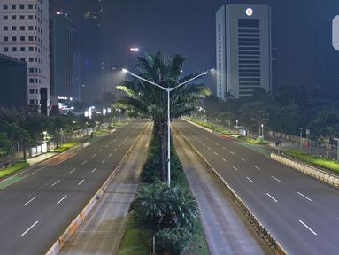 Suasana lengang kawasan Sudirman, Jakarta, Rabu (12/5/2021) malam. Polda Metro Jaya memberlakukan crowd free night untuk mencegah kerumunan takbir keliling di malam Idul Fitri 1442 yang berlaku mulai pukul 22:00 malam ini. (Liputan6.com/Herman Zakharia)