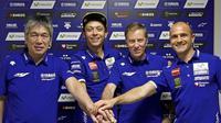 Valentino Rossi (kedua dari kiri), resmi memperpanjang kontrak di Yamaha hingga 2018, Sabtu (19/3/2016). (motorsport.com)