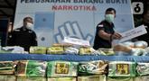 Petugas memperlihatkan barang bukti narkotika berupa sabu dan ekstasi sebelum pemusnahan di Kantor BNN, Jakarta, Senin (9/12/2019). BNN memusnahkan 82,6 kilogram sabu dan 108 ribu butir ekstasi hasil pengungkapan enam kasus selama September hingga November 2019. (Liputan6.com/Iqbal Nugroho)