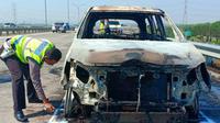 Mobil travel berpenumpang dua WNA Jepang, terbakar di Tol Gempol-Pasuruan. (Liputan6.com/Dian Kurniawan)