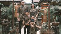 Ibas dan Aliya Rajasa bersama ketiga buah hati mereka yakni Airlangga, Sakti, dan Gayatri. (dok. Instagram @ruby_26/https://www.instagram.com/p/B8-tmqBgAhe/Putu Elmira)