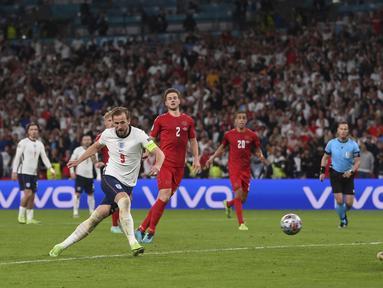Mengamuk pada babak tambahan, Harry Kane menjadi penentu kemenangan Timnas Inggris meski penaltinya sempat ditepis kiper Timnas Denmark, Kasper Schmeichel. Skor 2-1 memastikan The Three Lions lolos untuk kali pertama ke final Piala Eropa. (Foto: AP/Pool/Laurence Griffiths)