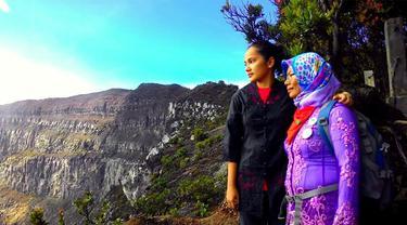Hari Kartini, Berkebaya Mendaki ke Gunung Gede Pangrango