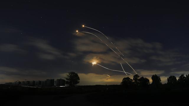 Sistem pertahanan udara Iron Dome Israel diluncurkan untuk mencegat roket yang ditembakkan dari Jalur Gaza, dekat Sderot, Israel, Kamis (13/5/2021). Pertempuran antara Israel dengan Hamas yang menguasai Gaza terus berlanjut. (AP Photo/Ariel Schalit)