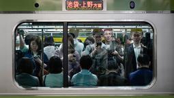 Penumpang menaiki kereta Yamanote Line yang penuh sesak di Stasiun Shinjuku, Tokyo, Jepang, Sabtu (25/5/2019). (AP Photo/Jae C. Hong)