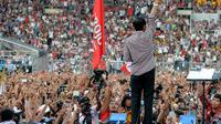 Seisi stadion Sebayan berubah menjadi warna merah dan kotak-kotak berkat atribut dan kostum yang dipakai para pendukung Jokowi-JK.