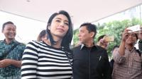 """""""Laporan dulu ya,"""" kata Tyas singkat kepada awak media seraya berlalu menuju ruang SPKT Polda Metro Jaya. (Adrian Putra/Bintang.com)"""