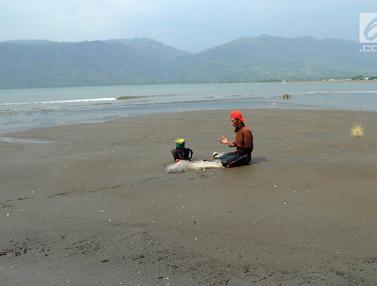 Salat di Bibir Pantai Palangpang, Pencari Ikan Ini Tetap Khusyuk