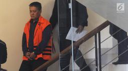 Hakim PN Jakarta Selatan nonaktif, Iswahyu Widodo dikawal petugas usai menandatangani berkas P21 di Gedung KPK, Jakarta, Selasa (26/3). Iswahyu dalam waktu dekat akan menjalani persidangan terkait dugaan menerima suap penanganan perkara perdata di PN Jakarta Selatan. (merdeka.com/Dwi Narwoko)