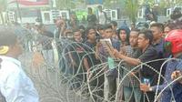 Dirintelkam Polda Sulawesi Tenggara, Kombes Pol Hartoyo saat menemui massa demonstrasi Senin (4/11/2019).(Liputan6.com/Ahmad Akbar Fua)