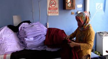 Menjelang tahun ajaran baru, produksi konveksi seragam sekolah di jalan Dupak Bangunrejo Surabaya kebanjiran pesanan.