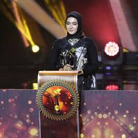 Pada malam penghargaan insan film Tanah Air, Festival Film Bandung 2016 ada yang berbeda dari penampilan artis Nabila Syakieb. Istri Reshwara Argya Radinal tampil cantik mengenakan Hijab. (Deki Prayoga/Bintang.com)