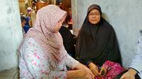Anniisa dan ibunya Sudarsih menunggu kabar pencarian ayahnya yang menjadi kapal karam. (Liputan6.com/M Syukur)