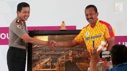 Irwasum Polri Komjen Putut Eko Bayuseno (kiri) menerima cenderamata dari Dirut PGN Jobi Triananda Hasjim saat peluncuran tim putri PGN Popsivo Polwan dan tim putra Bhayangkara Samator di Jakarta, Selasa (16/1). (Liputan6.com/Pool/Hardi)