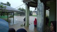 Hujan deras yang mengguyur Kota Manado dan sekitarnya sejak subuh, Jumat (1/2/2019), menyebabkan hampir semua kawasan di Manado terendam banjir. (Liputan6.com/Yoseph Ikanubun)