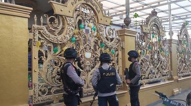 Polisi bersenjata lengkap bersiaga di rumah mewah Kampung Narkoba saat penggeledahan dilakukan.