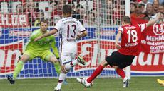 Bayern Muenchen menelan kekalahan ketiga secara beruntun di Bundesliga. Bersua SC Freiburg di Schwarzwald-Stadion, Sabtu (16/5/2015) malam WIB, Die Bayern tumbang dengan skor 2-1.