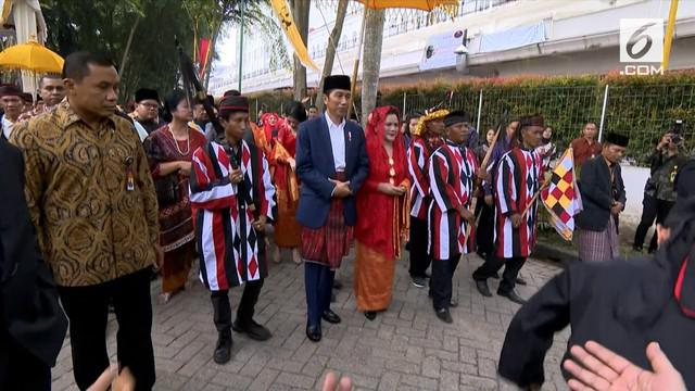 Pesta adat Kahiyang-Bobby menyambut kedatangan Presiden Jokowi dan Ibu Negara dengan tari Tor-tor mundur.