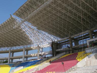 Atap tribune barat Stadion Manahan yang hampir selesai terpasang. (Bola.com/Vincentius Atmaja)