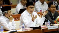 Menteri Agama Lukman Hakim Saifuddin memberi keterangan saat rapat dengan Komisi VIII DPR di Jakarta, Senin (12/3). Kenaikan harga BBM sebesar 180 persen di Arab Saudi juga mengakibatkan naiknya BPIH 2018. (Liputan6.com/JohanTallo)