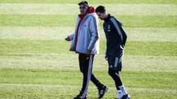 Pelatih Juventus Maurizio Sarri sambil berjalan berbincang dengan penyerang Cristiano Ronaldo sesi latihan di Continassa Training Ground di Turin (25/11/2019). Ronaldo dan Sarri telah bertemu membereskan insiden yang terjadi agara tidak memengaruhi kondisi internal tim. (AFP/Marco Bertorello)