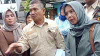 Winarno Jati, juru bicara perwakilan warga RW 08 Kelurahan Sekejati memberikan keterangan kepada wartawan. (Liputan6.com/Huyogo Simbolon)