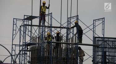 Pekerja memasang tiang penyangga untuk proyek pembangunan jalan tol Cimanggis-Cibitung (Cimaci) di Jalan Alternatif Cibubur, Jatikarya, Jatisampurna, Kota Bekasi, Jumat (23/11). (Merdeka.com/Imam Buhori)