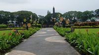 Alun - alun Tugu Malang ditutup selama pandemi corona Covid-19. Salah satu taman bersejarah di Kota Malang ini juga berfungsi sebagai paru - paru kota (Liputan6.com/Zainul Arifin)